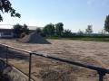 Dressurplatz: Der alte Belag wird abgeschoben.